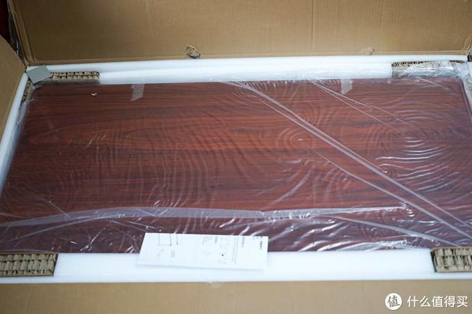 揭开上层首先看到桌面,为了和家中地板搭配选择的黑胡桃木色,质感还不错,后面有细节图