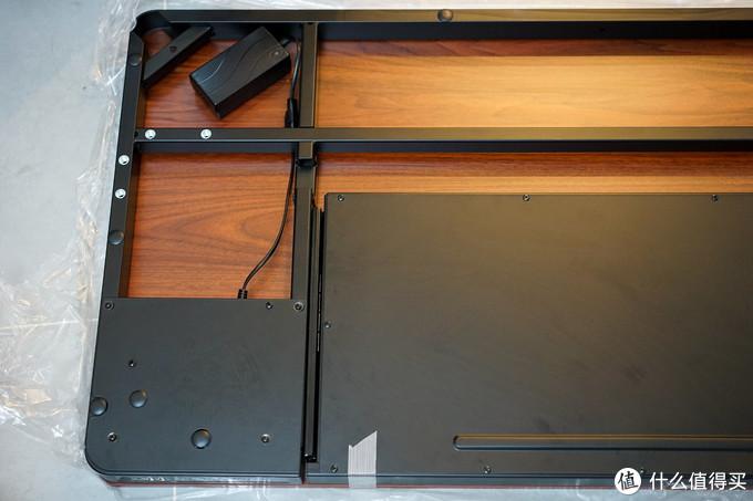 首先把桌板拿出来倒放在地上,注意袋子先不要取下,防止桌面被地面划伤