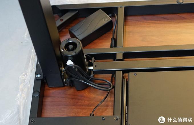 采用单电机设计,线已经被理的差不多了,转动轴用正方形钢管包裹,防止安全隐患