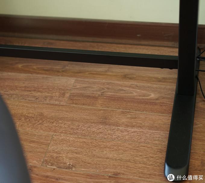 支腿很长,中间的横梁加强了稳定度,横梁不在地面上,不影响脚往下伸的舒适度