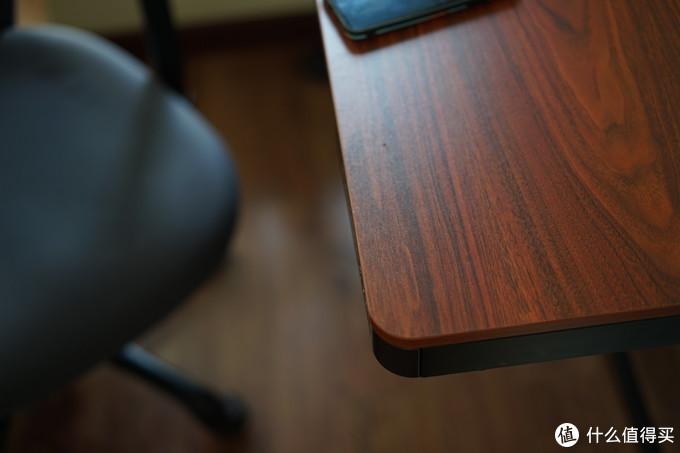 桌面质感做工不错,和深色的木地板蛮搭