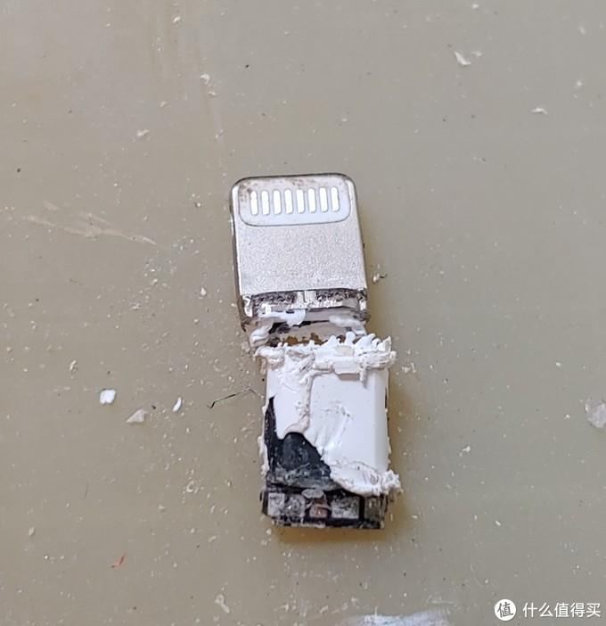 铲除填充物后里面的焊盘。但由于实在太难拆,不小心拆断了