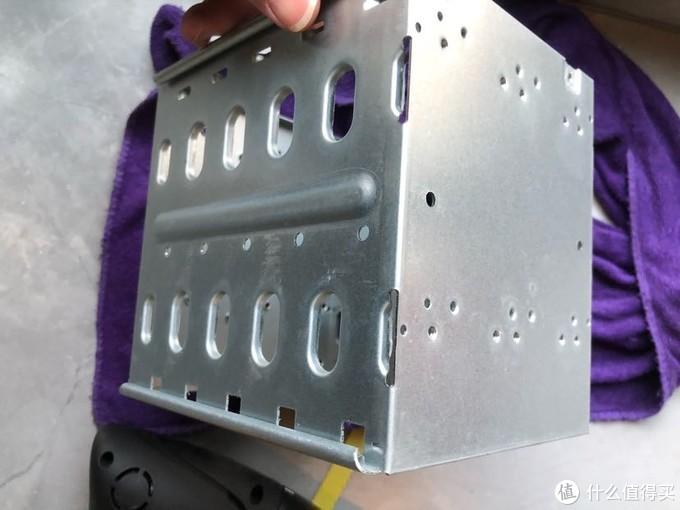 然而网上买的硬盘笼的固定螺丝口在顶部。左右两侧的孔用来上了螺丝后硬盘会插不进去。