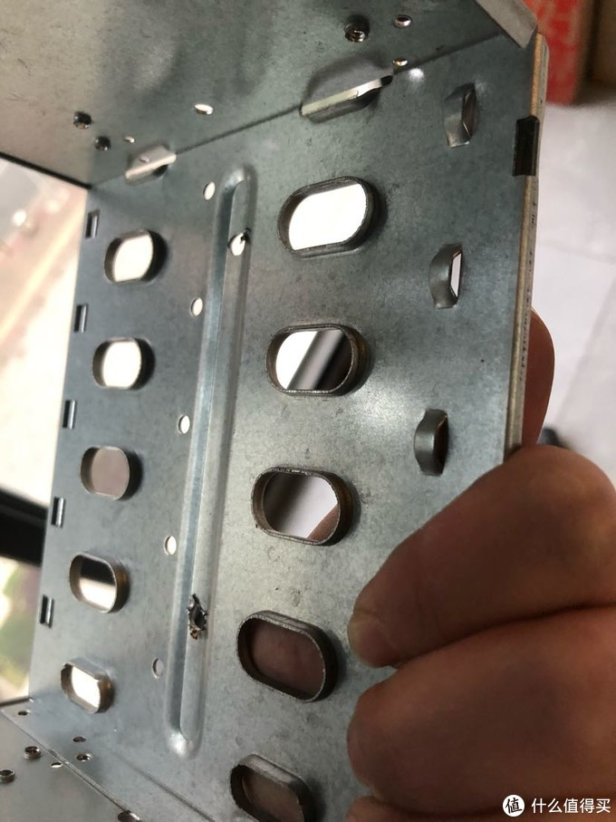 钻完孔后里面的金属刺有点长,还很锋利。