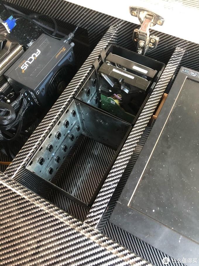 由于要等油漆干,所以硬盘最后才装上,边缘喷黑后看上去协调多了。