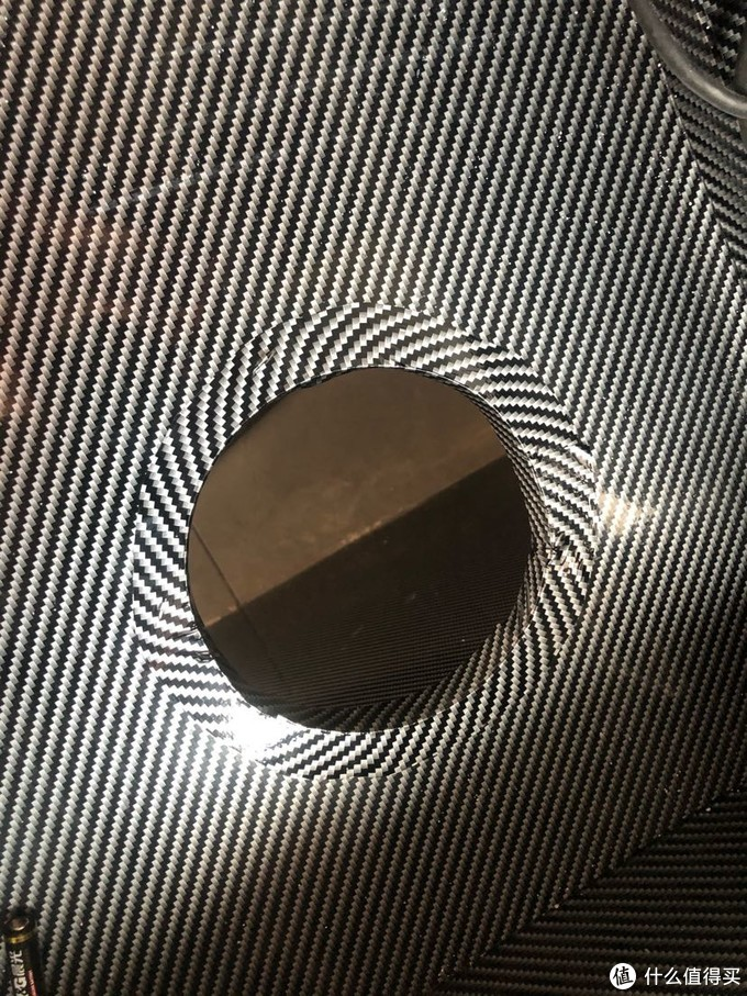 开孔后边缘再用碳纤膜贴一圈遮丑,反正剩下那么多没用完。