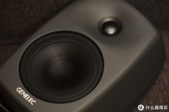 5寸单元最合适当桌面音箱,箱体采用铝制材料,在光线下有磨砂粉末的山DCW指向性控制波导设计已经整合在最低衍射铝制箱体(MDE)中,使音箱具有优秀的指向性。