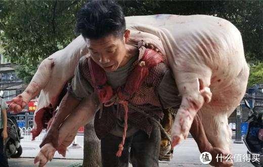 """硬核!贵阳""""背肉汉""""靠双肩养活1家7口,体重110斤一趟扛起480斤猪肉"""