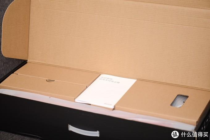 打开后上面是两本说明书,所有的配件和主机都在下方错落有致的摆放