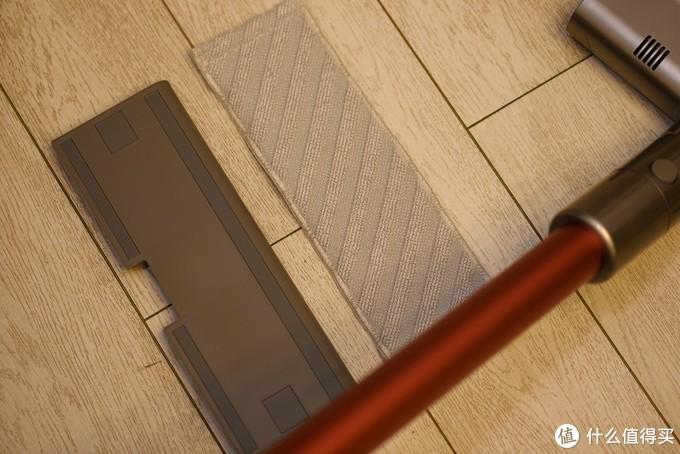 拖板配件与拖布用魔术贴贴合,想要清洗撕下来即可。
