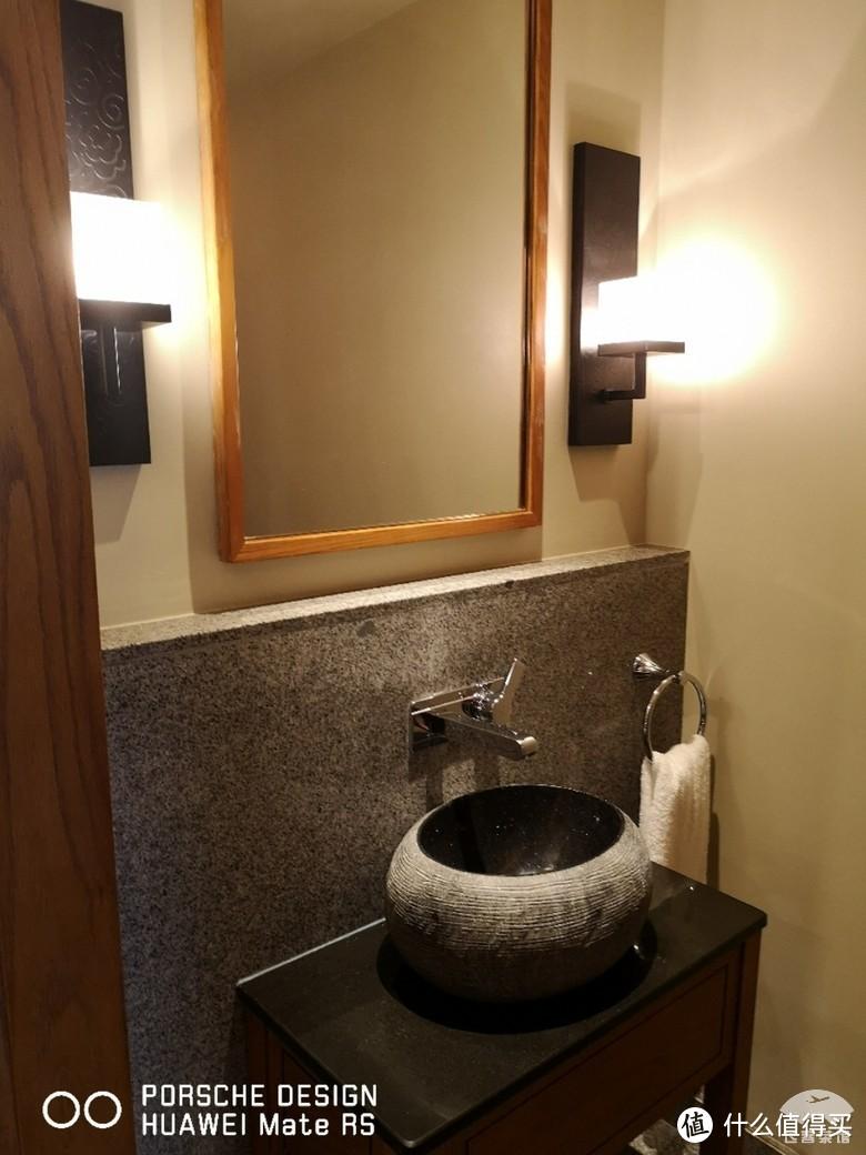 小心厕所的门有可能自动落锁,从外面打开需要费一番功夫