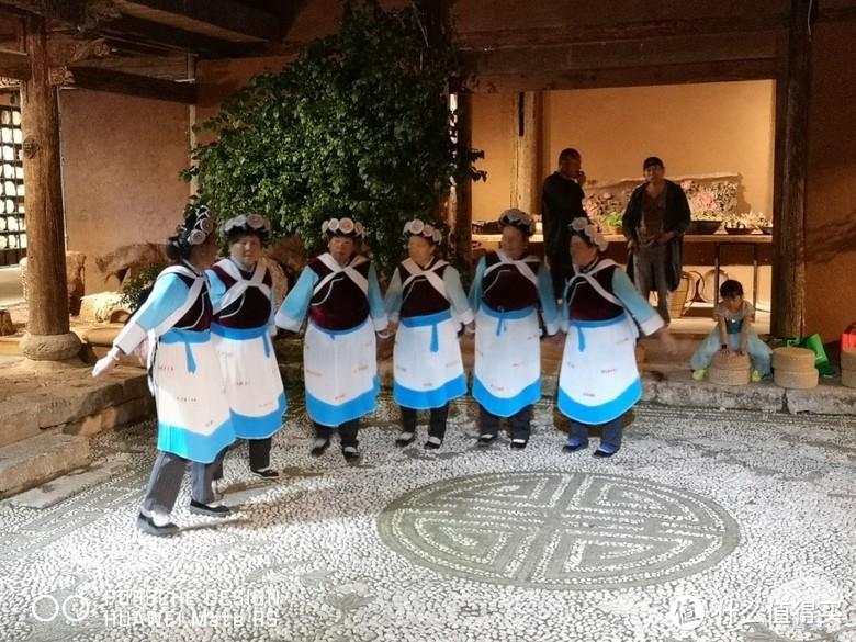 纳西族的老奶奶们在跳舞