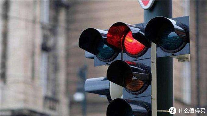 怎么样才算闯红灯?红灯亮后要这样做!