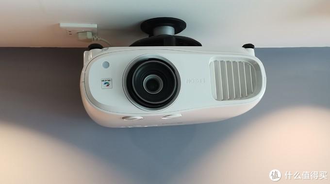 倒装在沙发墙吊顶上,另外装了个aqara的智能插座,可以和aqara的电动窗帘联动