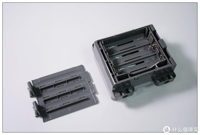 打开盖,里面有分体式的电池盒可以拿出