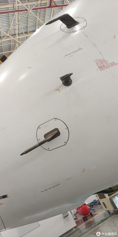 上下两个一样的是皮托管,190飞机的皮托管比737和320的都要高级,190飞机的皮托管集成了静压,动压,迎角这些功能,可以测量飞机的高度,速度和飞机的角度,皮托管后直接连接到大气数据计算机。像737和320飞机需要有单独的静压孔,迎角探测器(AOA),737和320的皮托管就只能测量全压,通过全压来计算空速,而且737和320的这些静压孔,皮托管,迎角探测器是通过管路连接到大气数据模块(ADM)的,相比190飞机的直接接到大气数据计算机来说,737和320通过管路连接会增加误差,还有管路积水也会造成误差。中间的是全温探头(TAT),用于测量温度的,可以给发动机来计算推力。飞机上有四个皮托管,两个全温探头,作用是一样的,数量这么多是即使一个故障了滑油其他可用的继续保障飞机安全飞行。所有的这些探头都是加热的,而且温度非常高,高空飞行时起码超过150摄氏度