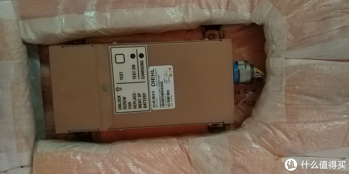 这个是应急灯的电池,飞机上的应急设备是要在所有的情况下都要工作的。就如同应急灯,飞机上有很多应急灯,假如一个应急灯不亮了那么飞机是不能执行航班的,因为是应急设备,关键的时候保命的。飞机上会有很多这样的应急电池