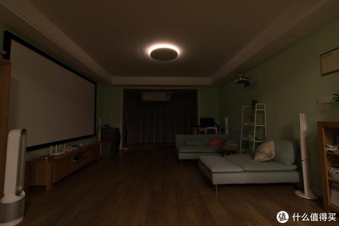 ↑夜里只开氛围灯就够了