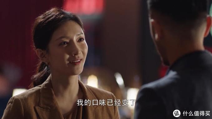 江疏影大地色穿搭太迷人,难怪是《三十而已》最有桃花缘的女主角