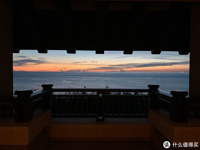 在酒店房间阳台上观赏美丽的落日。