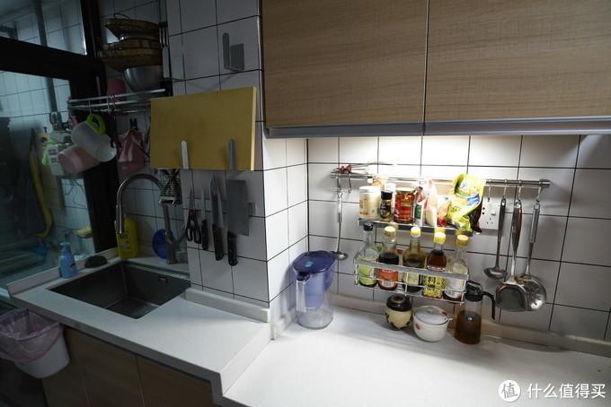 切菜区域,各种调料还是放在外面更顺手一点,厨房挂钩是最实用的配件