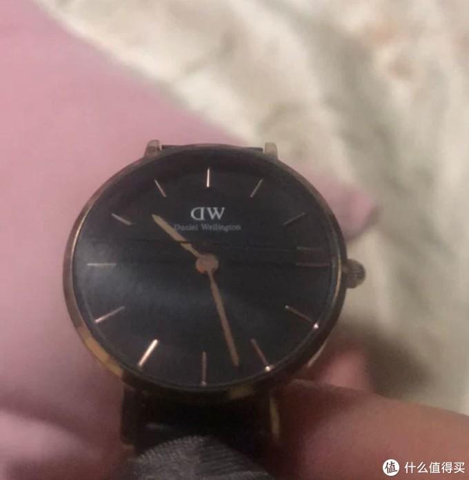 老婆的DW表玻璃裂了,这支表是2017年10月去台湾学习时买来送老婆的!!