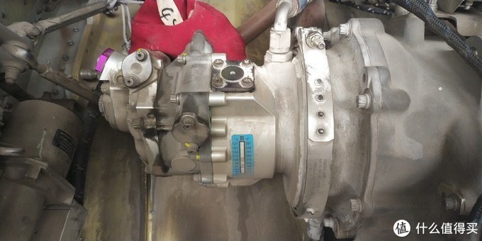 发动机的EDP液压泵,为飞机的飞控,起落架,前轮转弯,刹车等液压系统提供3000PSI压力的液压源。液压泵采用的是柱塞式的泵,属于变量泵。上面的蓝色的是超温色带,如果液压泵过热色带会发生变化,提醒机务人员液压泵故障
