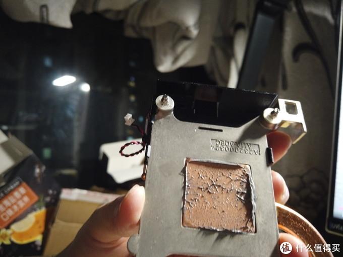成功取下散热器,原来的硅脂要擦拭干净