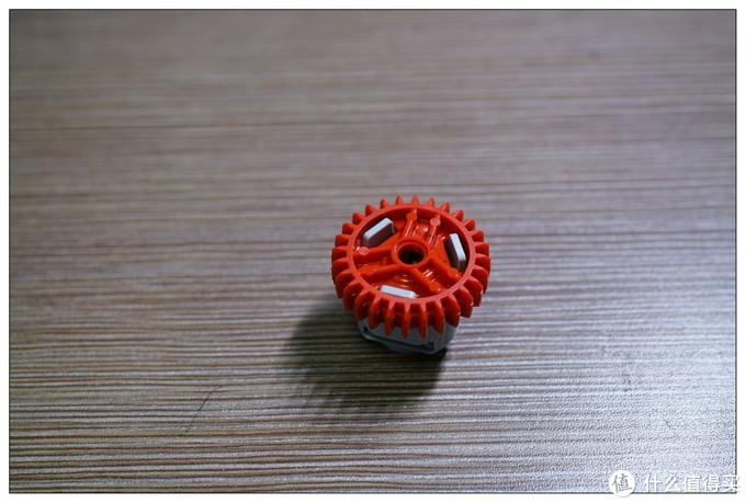 再把红盖头一盖,一个差速齿轮就装配好了,看着比老款的精致多了,拿在手上把玩也是极好的。