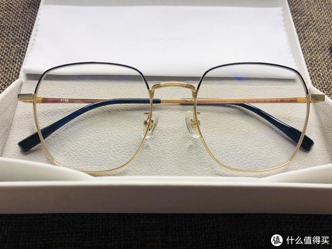 正面看似乎感觉眼镜比较纤细,但实际镜框蛮厚,可以适配比较厚的近视镜片