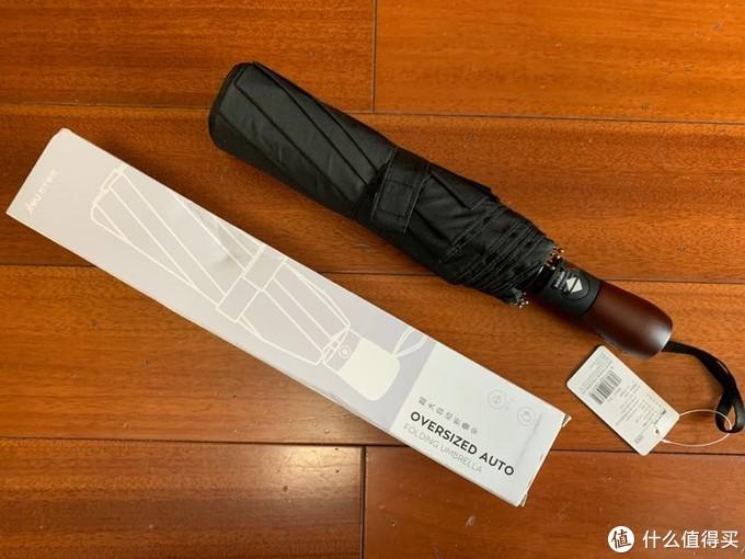 打开包装之后,可以看到伞的本体,整体感觉做工不错,厚重扎实。
