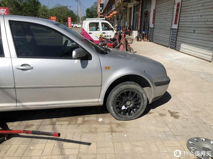 因为没有气泵,只能在路边修车店干了