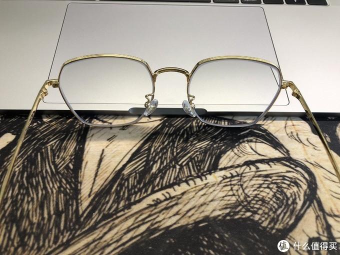 银镜的镜腿也是黑金的,非常的高级