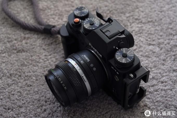 搭配黑色Fujifilm X-T2的样子,转接环一定程度上降低了便携性