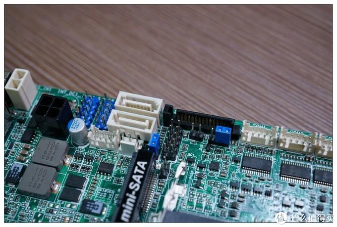 两个sata插口,右边黑色的是sata电源插口,这个就比别的厂家的要实在