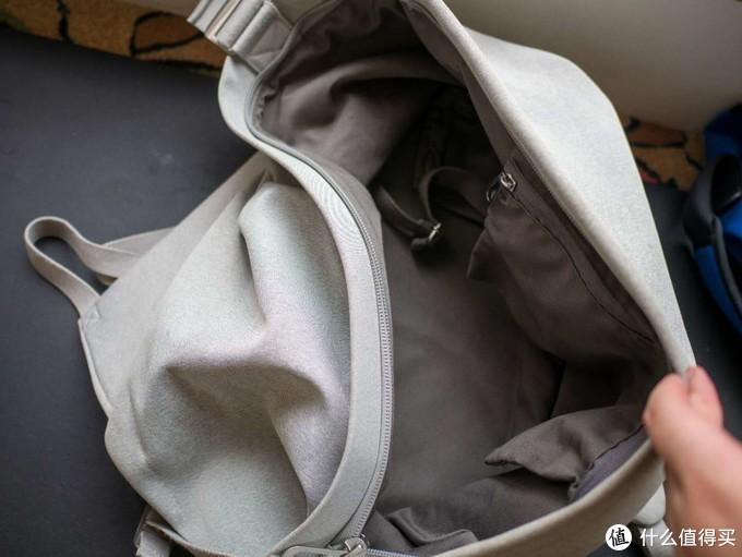 外面的大包,适合装一些不规则大体积的物品,内部甚至有绑带帮你固定