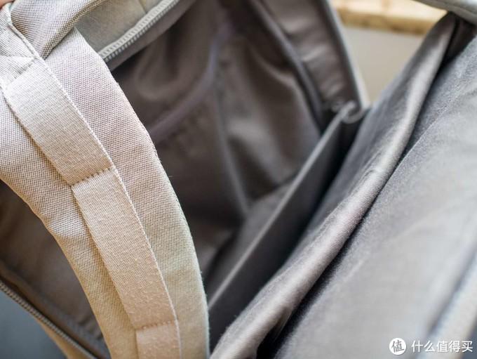 内侧的夹层,适合放电子设备和能折叠摆放的物品