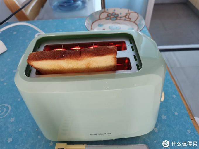 桃李的全麦和南瓜切片高度都高于烤面包机的槽深。