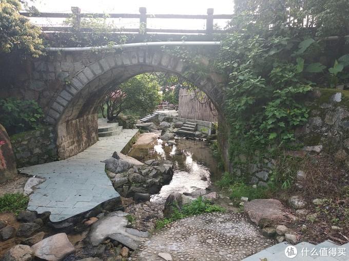 在村子范围,沿溪都铺好了栈道,人在溪边走,想什么时候湿身都可以