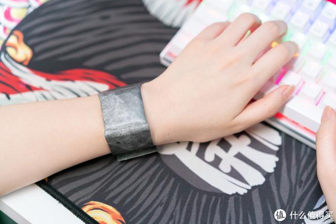 另外这个磁吸扣环的宽容度还不错,老婆戴着也有匹配的磁吸卡扣位置,贴合度如上图。