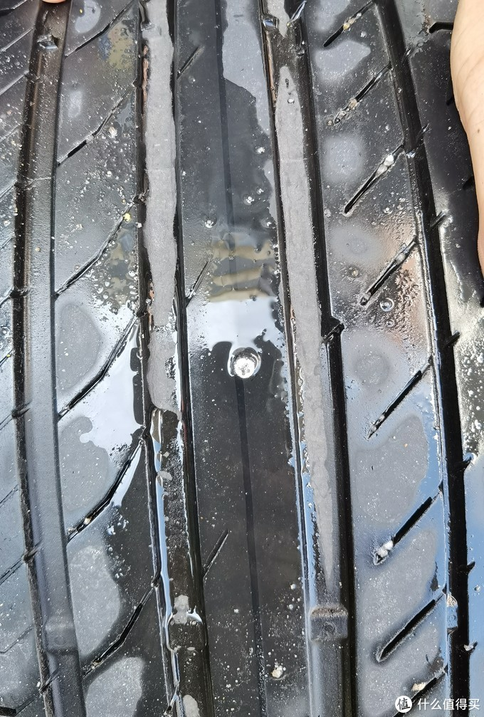 正中轮胎最中间最厚的地方...