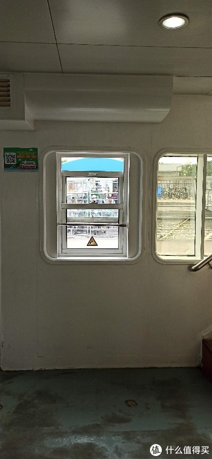 从徐浦大桥脚下坐船穿过,乘坐上海的轮渡公交体验