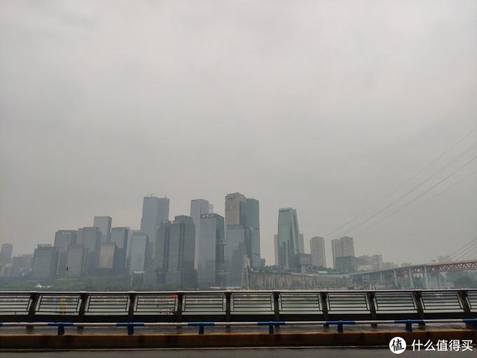 重庆是雾都,一年有一百多天有雾,而且空气比较潮湿,这也大概是他们爱吃辣的原因吧,辣能祛除身体的湿气。