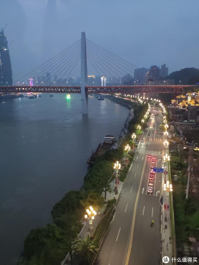 夜幕降临,华灯初上,重庆的夜生活将要开始,欧耶