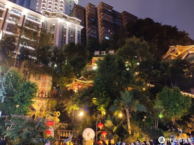 依山而建,上面是现代化的大楼,下面是洪崖洞仿古建筑,古典与现代相容,就像这座城市一样,本地人和外地人也能生活的融洽,谁让重庆火锅辣么诱人。