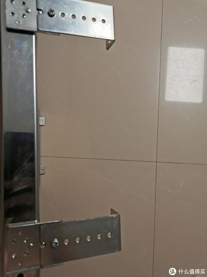 这里我把吊码的方向装反了,要将吊码的底座朝向木板外侧