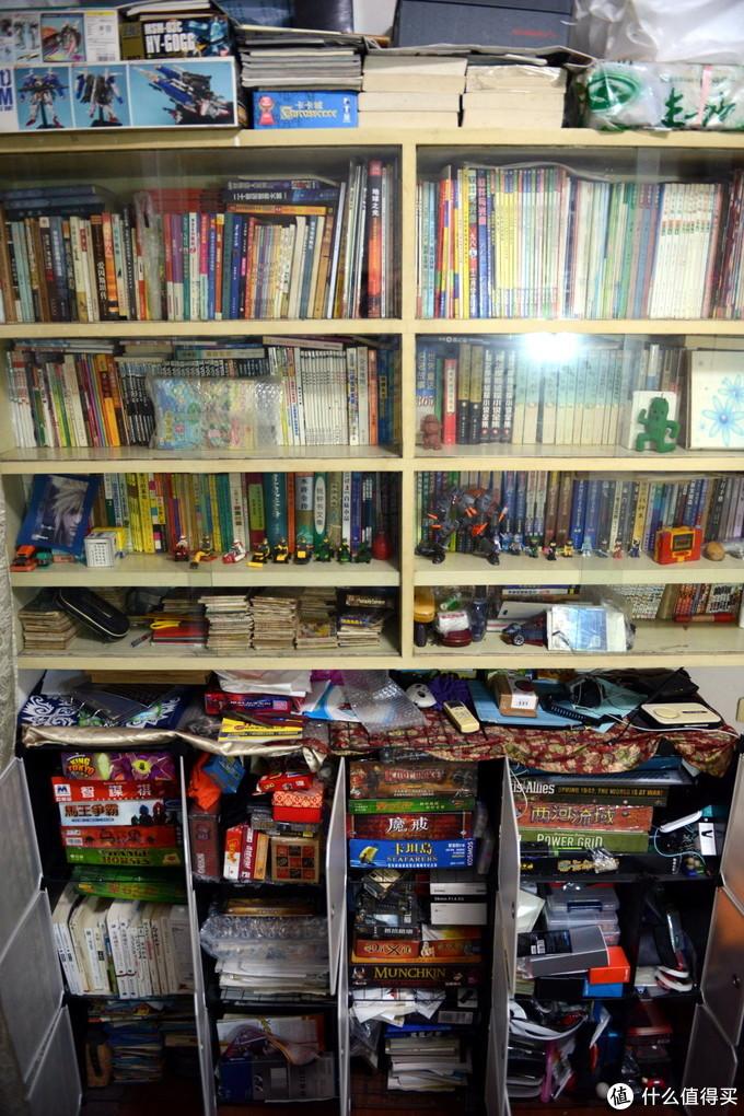 我的第一个老书柜,上小学时老爸找木工现场打造的,陪我度过了整个学生生涯。实木框体,直接上墙,柜门就是纯玻璃嵌入,推拉式的。后来下方增加了DIY魔片组装的柜子,用来放桌游、模型等较轻的东西。