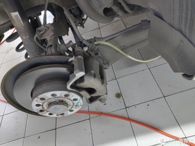 白色的那个就是排刹车油的管