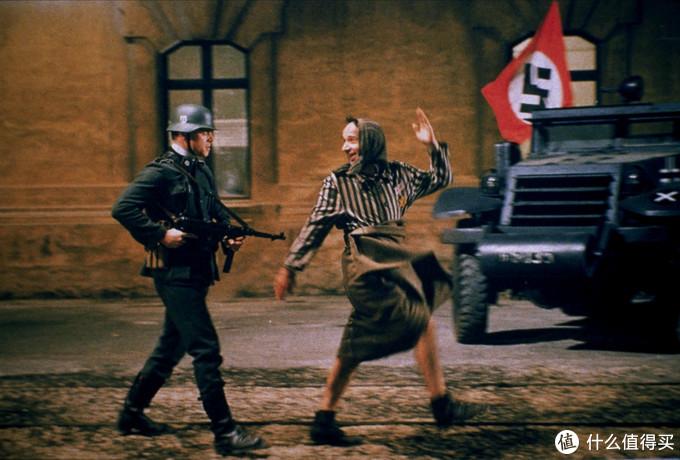 影片中最感人的一幕,父亲明知自己要被枪决还在扮小丑让自己的孩子不害怕