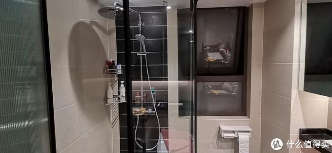 ,如果不是有黑色边框的存在,照片上基本感觉不到玻璃的存在。平时每天洗完澡后用刮水器把溅在玻璃的水珠刮掉,当然拍照前用毛巾简单地擦了下,